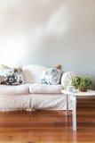 De spatie schilderde grijze muur met witte de stijlbank van het land stock foto's