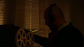 De speciale agentenverkenner luistert aan gesprekken en maakt een verslag op de band stock videobeelden