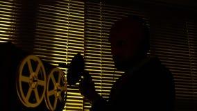 De speciale agentenverkenner luistert aan gesprekken en maakt een verslag op tape1 stock video