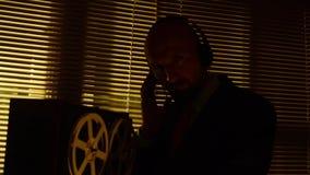 De speciale agentenverkenner luistert aan gesprekken en maakt een verslag op tape2 stock video
