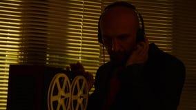 De speciale agentenverkenner luistert aan gesprekken en maakt een verslag op tape3 stock footage