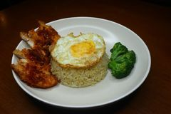 De speciale gebraden rijst met kruidige Spaanse peper braadde kippensaus, broccoli en braadde omelet royalty-vrije stock foto