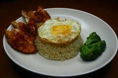 De speciale gebraden rijst met kruidige Spaanse peper braadde kippensaus, broccoli en braadde omelet royalty-vrije stock afbeeldingen