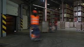 De speciale kraan vermindert containers met kwasflessen op pakhuis van niet-alkoholische installatie, tijdtijdspanne stock video