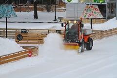 De speciale machine maakt de ijs het schaatsen piste in Park Gorkogo in Moskou schoon Royalty-vrije Stock Fotografie