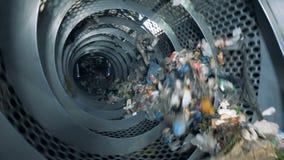 De speciale machine sorteert afval, omhoog sluit stock videobeelden