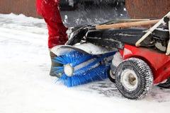 De speciale machine voor sneeuwverwijdering maakt de weg schoon stock afbeeldingen