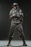 De speciale mens van de krachtenmilitair met Machinegeweer op een donkere achtergrond Stock Afbeeldingen