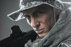 De speciale mens van de krachtenmilitair met Machinegeweer op een donkere achtergrond Royalty-vrije Stock Foto