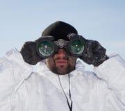 De speciale militair die van Krachten in witte camouflage door binoc kijken royalty-vrije stock afbeeldingen