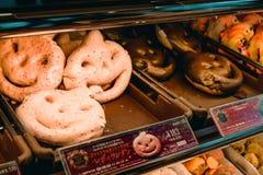 De speciale roze en donkere doughnuts van chocolade Japanse Halloween royalty-vrije stock afbeelding
