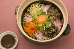 De speciale salade met gesneden radijs, wortel, hakte rundvlees en rood fijn b.v. Royalty-vrije Stock Fotografie