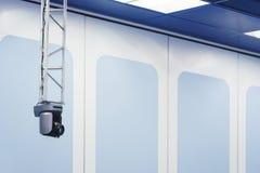De speciale TV-camera voor breedband in de TV-studio maakte aan het rek vast royalty-vrije stock afbeeldingen