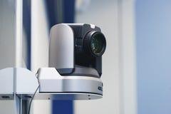De speciale TV-camera voor breedband in de TV-studio maakte aan het rek vast stock foto's