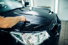 De specialist bereidt auto voor voor beschermt tegen spaanders stock foto's