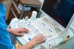 De specialist van Echography op het werk stock foto