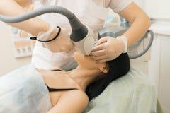 De specialist van de haarverwijdering verwijdert onnodig haar uit cl stock foto