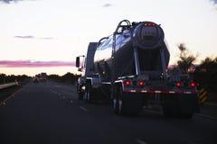 de 18-speculant semi-vrachtwagentanker drijft het westen op 10 Tusen staten, dichtbij Palm Springs, Californië, de V.S. Stock Foto's