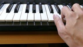 De speel overreden muziek van de de synthesizerpiano van de mensenhand stock video