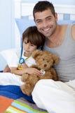 De speelartsen van de vader en van de zoon in bed Stock Afbeeldingen