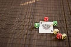 De speelkaart met dobbelt Stock Afbeeldingen
