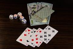 De speelkaarten, dobbelen en dollars op een lijst Stock Foto