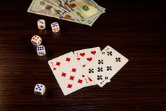De speelkaarten, dobbelen en dollars op een lijst Royalty-vrije Stock Afbeelding