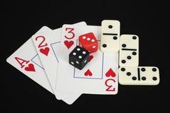 De speelkaarten, dobbelen, en Domino's Stock Fotografie