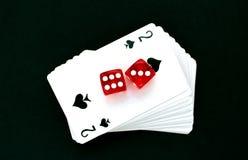 De speelkaarten in een stapel die worden gestapeld van dobbelen stock afbeelding