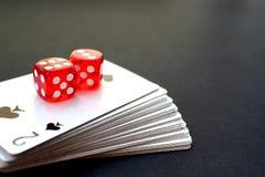 De speelkaarten in een stapel die worden gestapeld van dobbelen royalty-vrije stock afbeelding