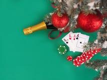 De speelkaarten en de pook breken dichtbij een Kerstboom af Stock Afbeeldingen