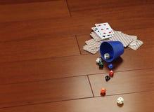 De speelkaarten en dobbelen op een parket van mahonie Royalty-vrije Stock Afbeelding