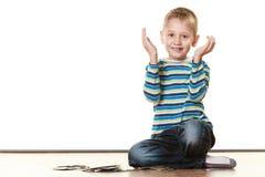 De speelkaarten van de kindjongen op vloer Stock Fotografie