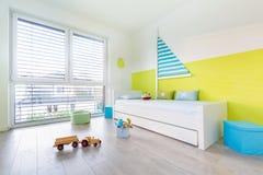 De Speelkamer van kinderen met bed stock fotografie