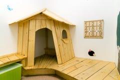 De speelkamer van kinderen met huis en onderwijsspeelgoed stock afbeelding