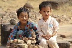 De speelkinderen dichtbij Ankor Wat, Kambodja Stock Afbeeldingen