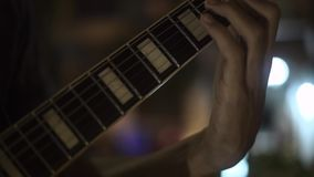 De speelmelodie van de gitaarspeler op muziekoverleg Sluit omhoog handen van musicus het spelen bij akoestische gitaar Gitarist P stock video