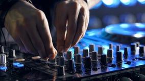 De speelmuziek van DJ bij de nachtclub De handen sluiten omhoog geschoten stock footage