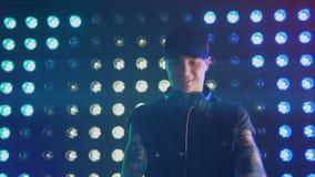 De speelmuziek van DJ en het dansen bij een nachtclub stock footage