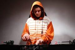 De speelmuziek van DJ op vinyldraaischijven royalty-vrije stock afbeelding