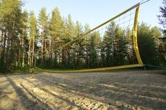 De speelplaats van het strandvolleyball dichtbij het bos Stock Afbeeldingen