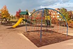 De speelplaats van jonge geitjes in stedelijk de herfstpark Royalty-vrije Stock Fotografie