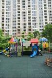 De speelplaats van kinderen in de flats Stock Foto's