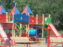 De speelplaats van kinderen in de stad Stock Afbeelding