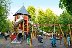 De speelplaats van kinderen in het park Sokolniki van Moskou stock afbeelding