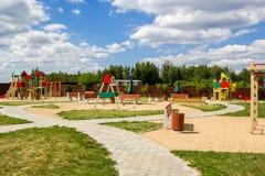De speelplaats van kinderen met schommeling en dia'splatteland royalty-vrije stock foto