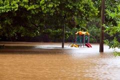 De speelplaats van kinderen onder water na overstroming stock foto