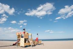 De speelplaats van kinderen op het zandige strand Stock Foto's