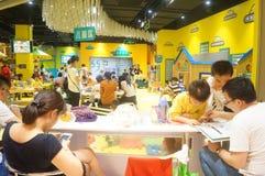 De speelplaats van kinderen, overvolle ouders en kinderen Royalty-vrije Stock Foto