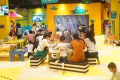 De speelplaats van kinderen, overvolle ouders en kinderen Stock Afbeeldingen